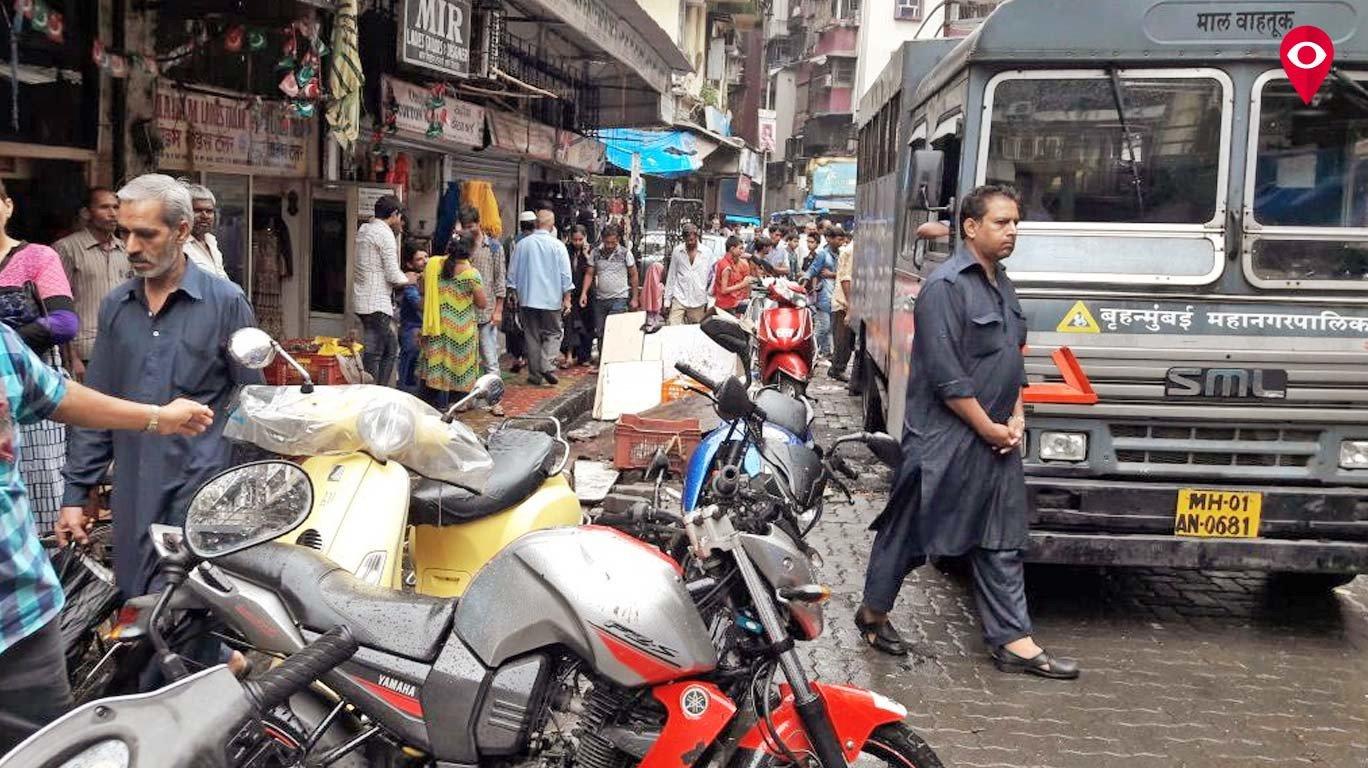 बाजार गल्ली सुधारली! 'मुंबई लाईव्ह'चा दणका
