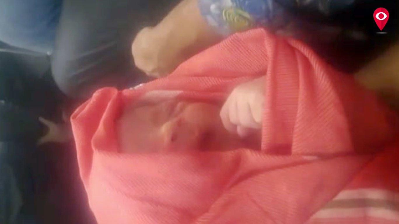 रूग्णालय प्रशासनाची असंवेदनशीलता, नवजात शिशुसोबत वडिलांचा ट्रकने प्रवास