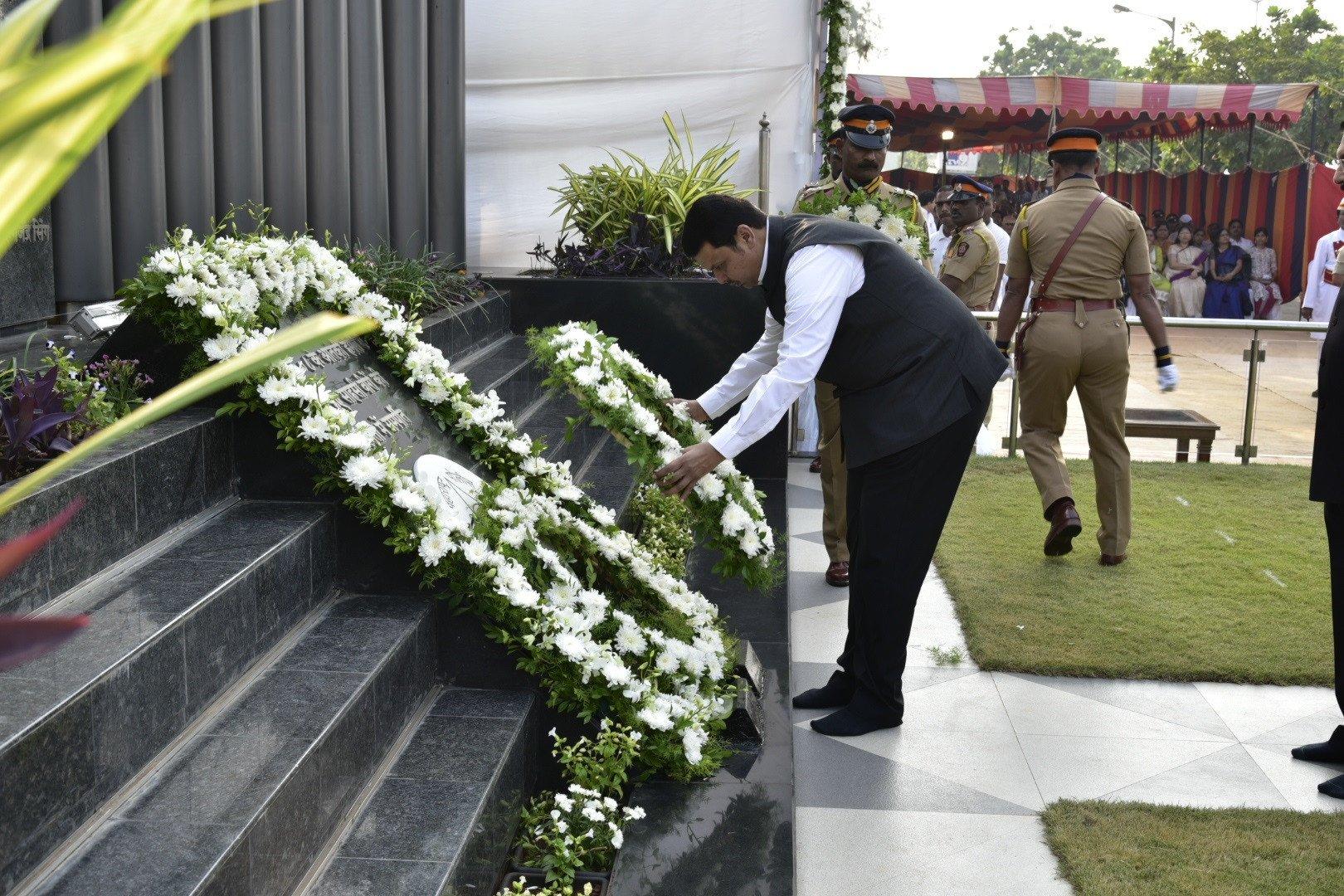 २६/११ स्मृतीदिन: शहीद पोलिसांना राज्यपाल, मुख्यमंत्र्यांची आदरांजली