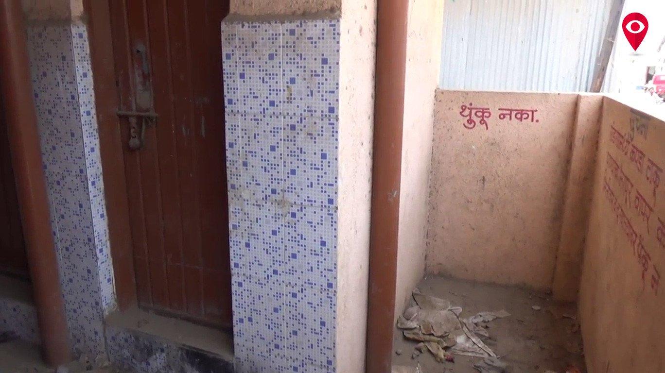 दो साल से उद्घाटन की राह देखता यह शौचालय