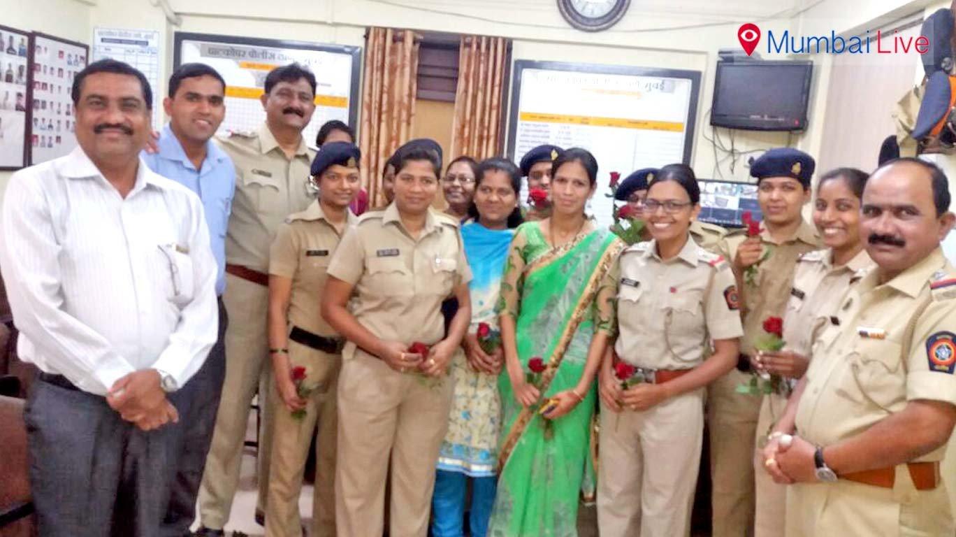 महिला पोलीस कर्मचाऱ्यांचा गुलाबपुष्प देऊन सन्मान