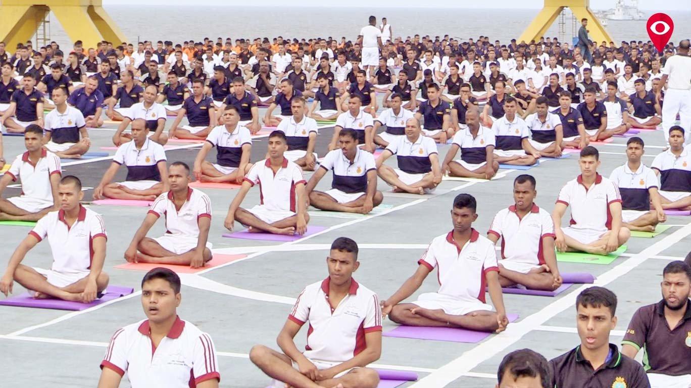 1000 नौसैनिकांचा 'आयएनएस विराट'वर विराट योगा!