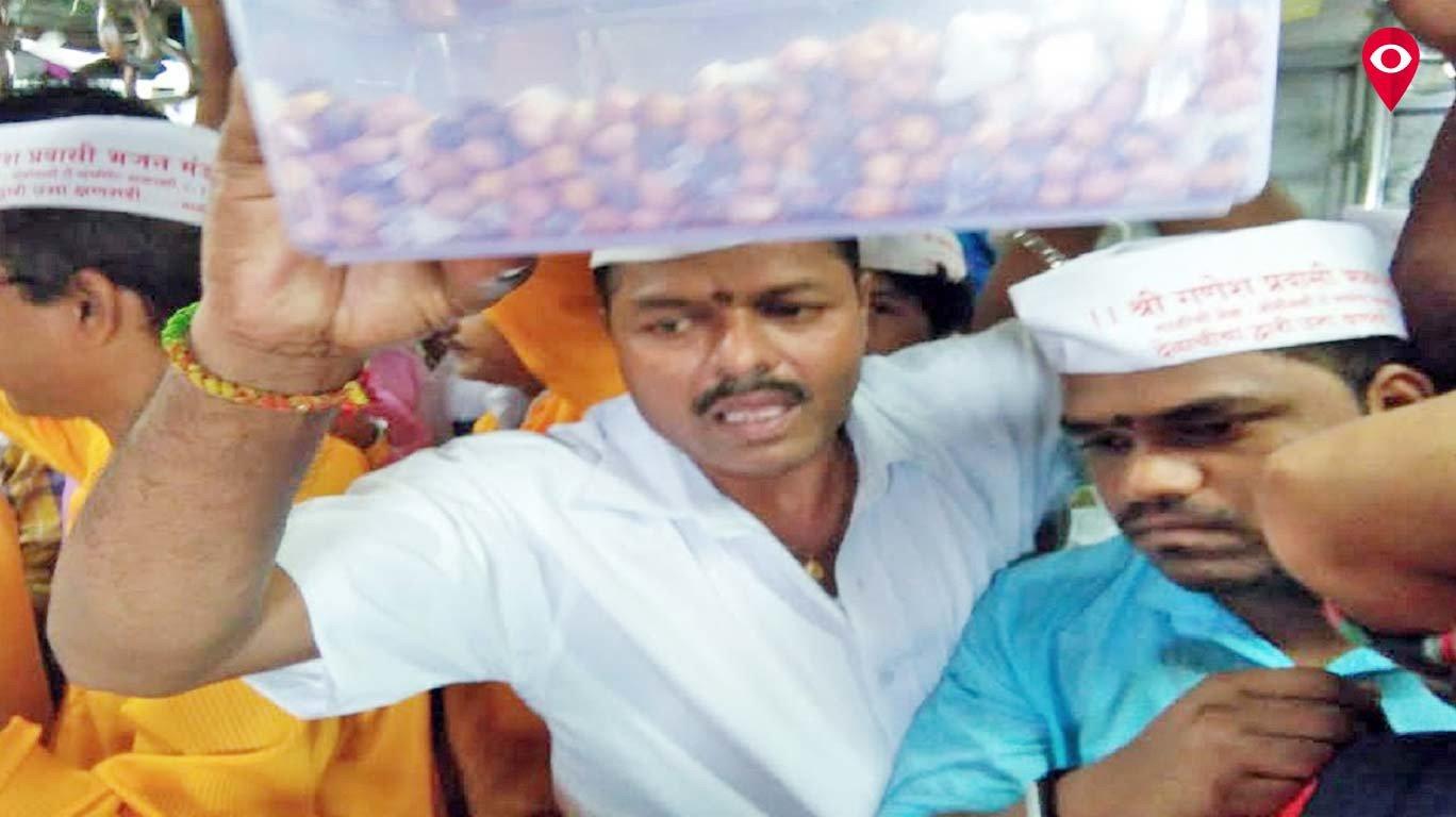मुंबई लोकल में मनाया गया आषाढी एकादशी