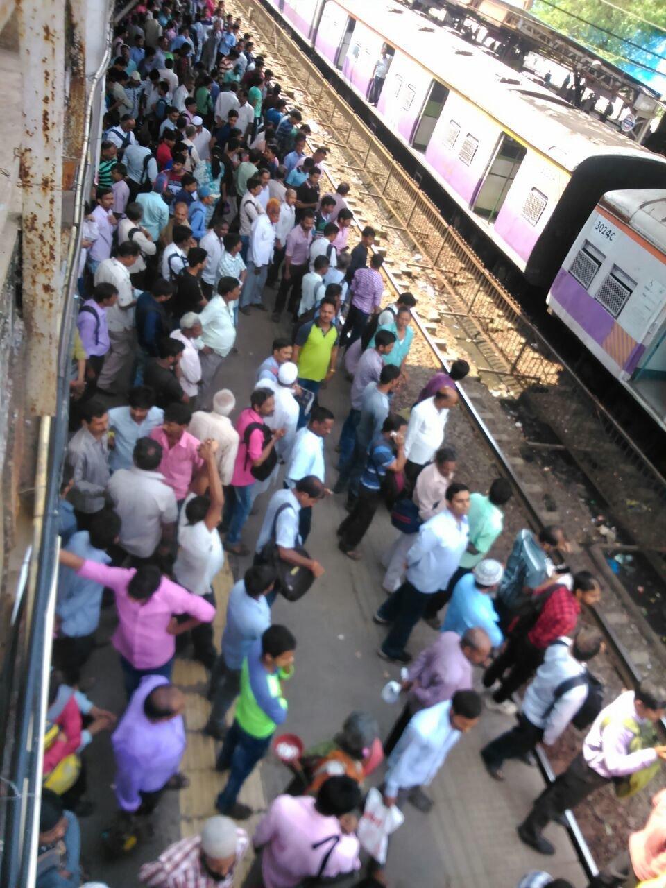 नायगांव रेलवे स्टेशन पर यात्रियों ने किया रेल रोको आन्दोलन