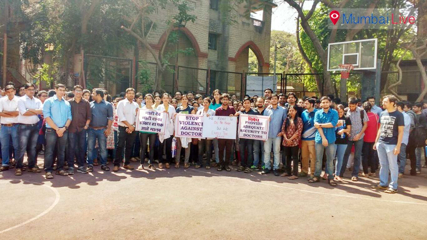 400 resident docs at KEM hospital hold rally to protest assaults on doctors