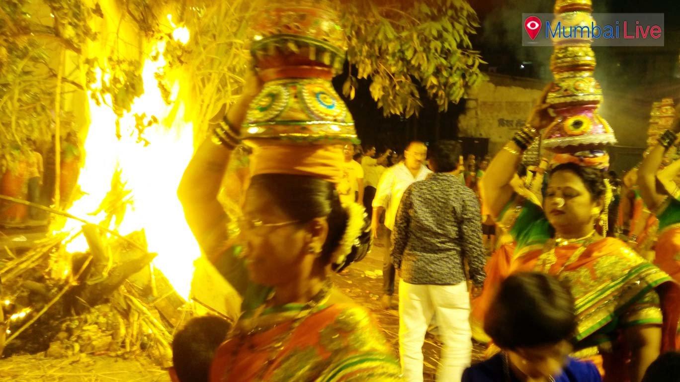 शिवडी कोलीवाड़ा में होलिका दहन