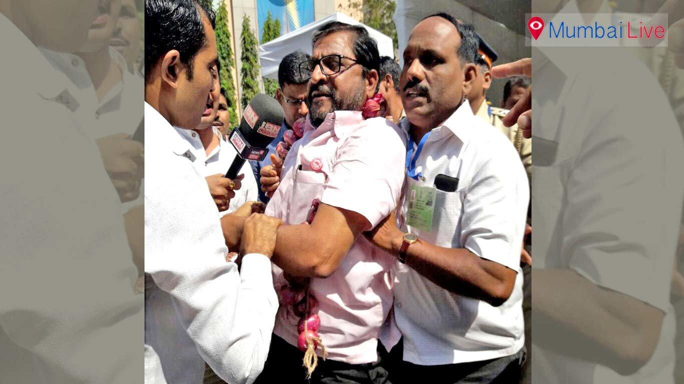 कांदे को लेकर स्वाभिमान शेतकरी संगठना का विरोध प्रदर्शन