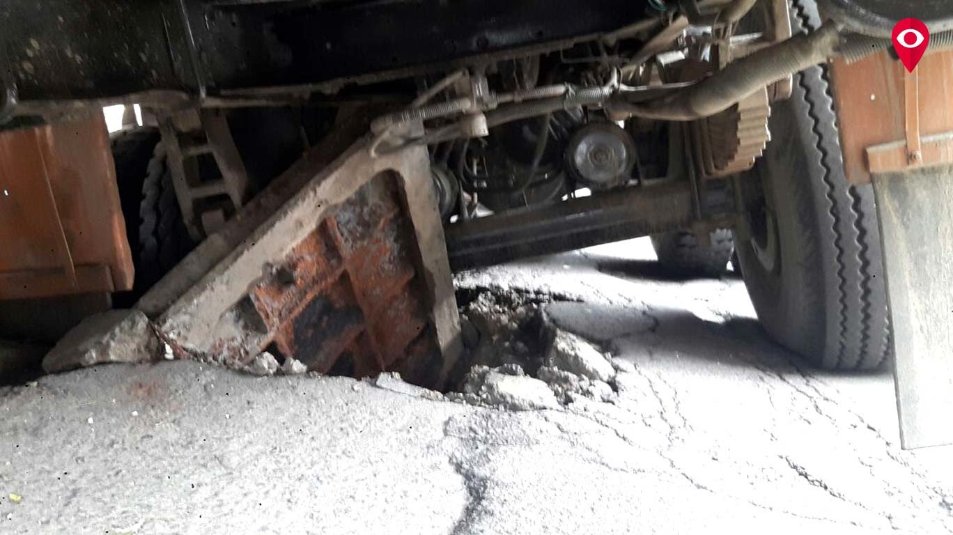 चर्नी रोड परिसरात ट्रक थेट मॅनहोलमध्ये घुसला