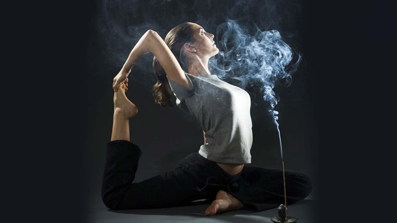 ही हटके योगासनं करुन पहाच!