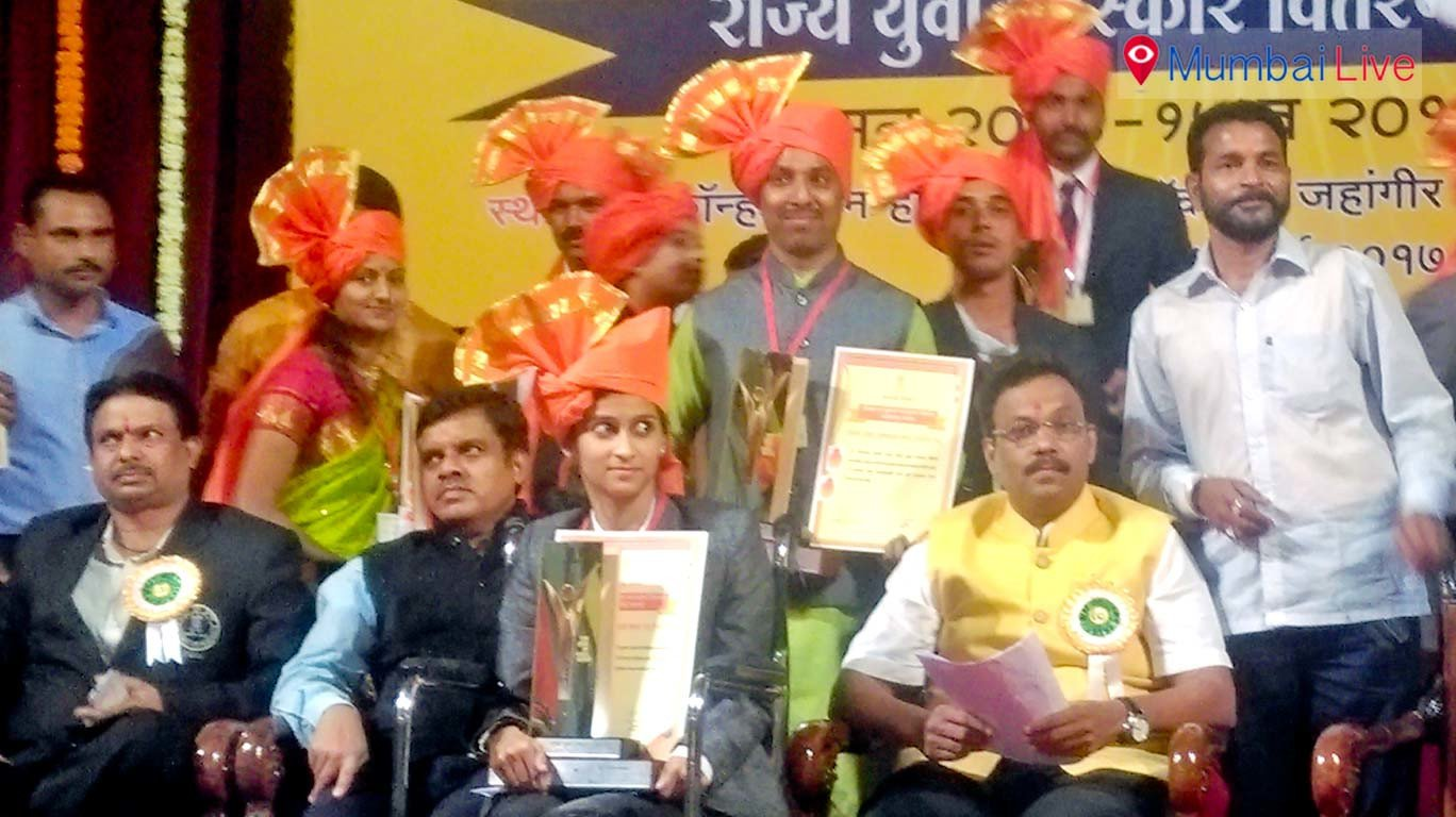 Education minister Vinod Tawde gives away Yuva state awards