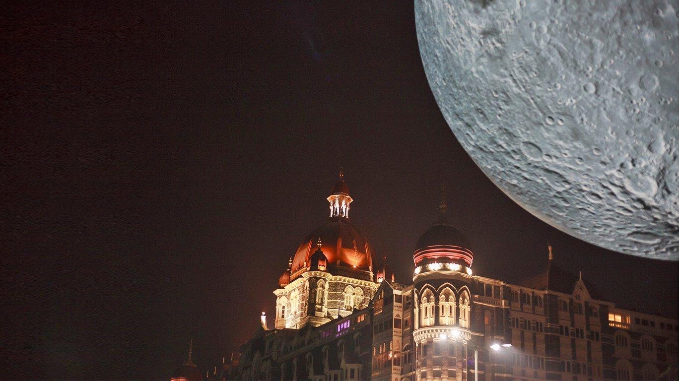 गेट वे ऑफ इंडियावर २३ फुटांचा चंद्र