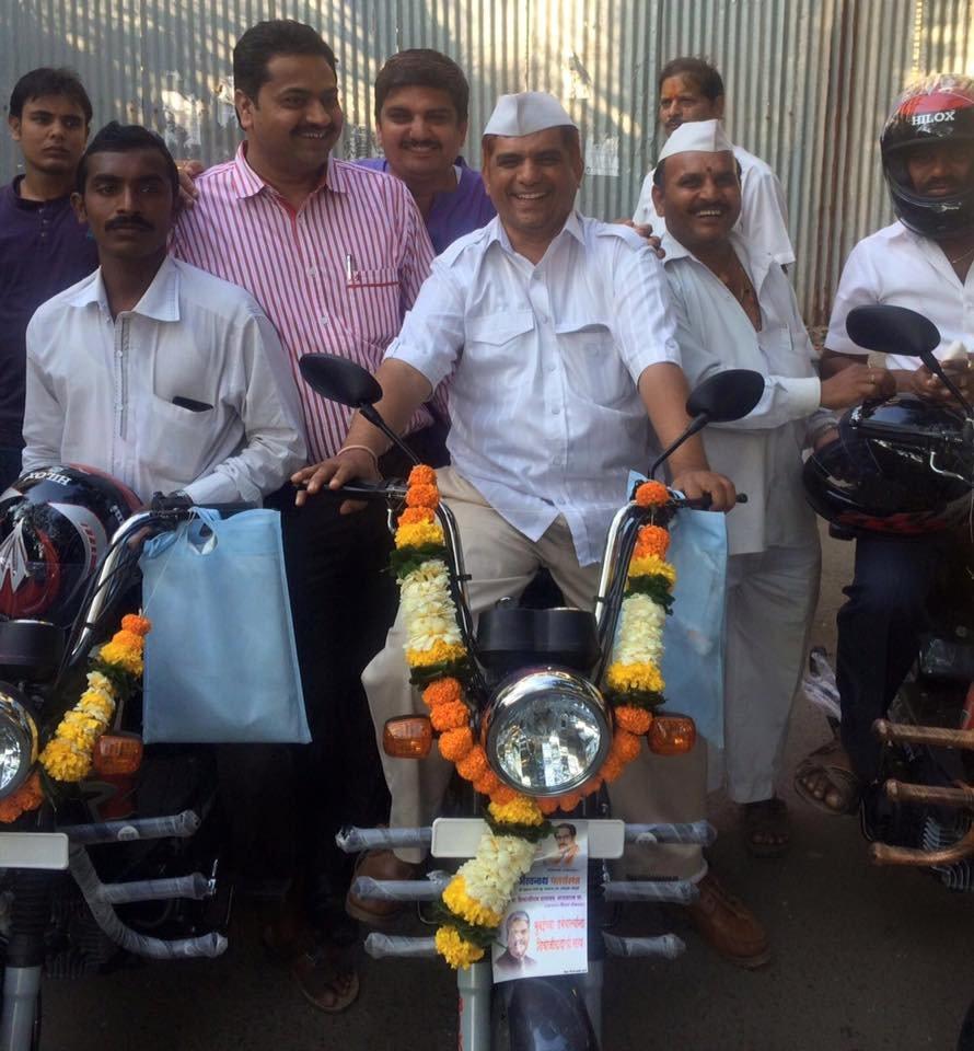 बदल रही है मुंबई के डब्बेवालों की सवारी, साइकिल के जगह अब धीरे धीरे मोटरसाइकिल ले रही जगह