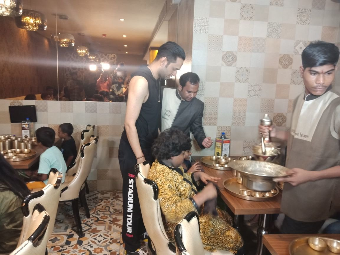 Vikas Gupta treats underpreviliged kids at Maharaja Bhog