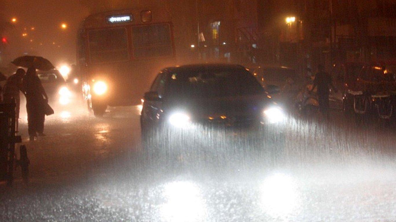 मुंबई में बारिश आई, अंधेरा लाई