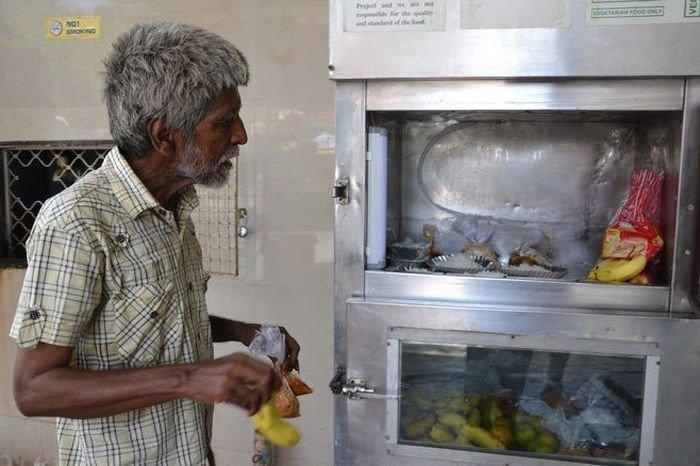 गरीबांची भूक भागवणारा अनोखा 'फ्रिज'