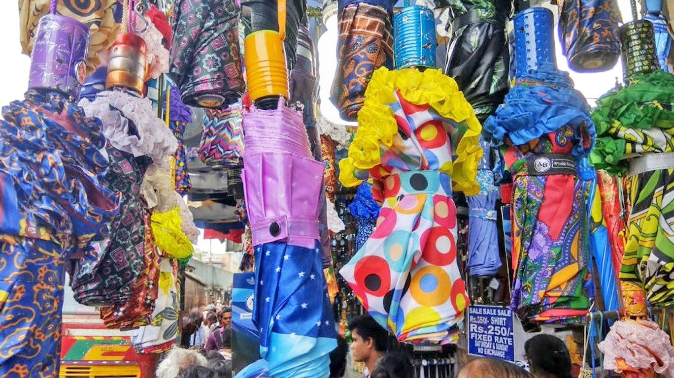 छत्री, रेनकोट, बॅगांनी सजली बाजारपेठ