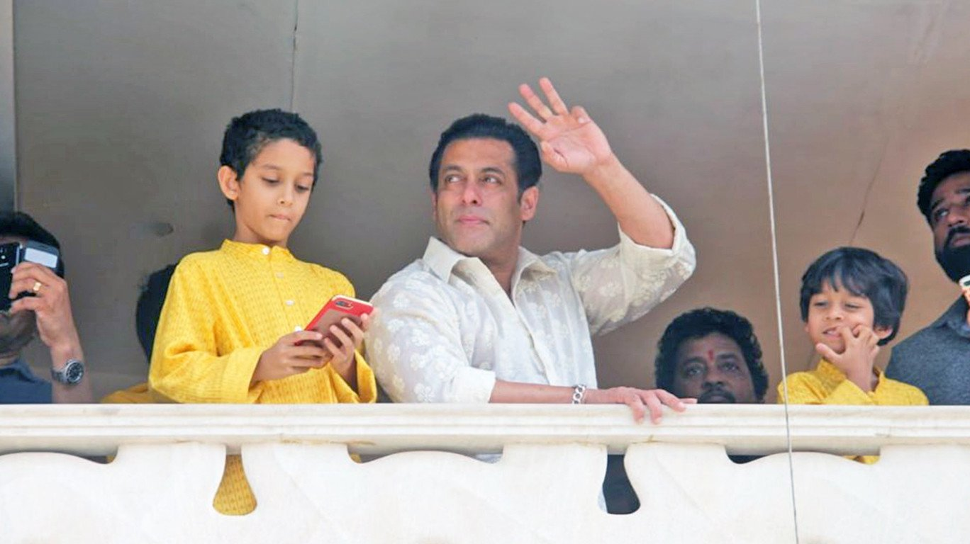 सलमान खान ने फैंस को हाथ हिलाकर दी मुबारकबाद