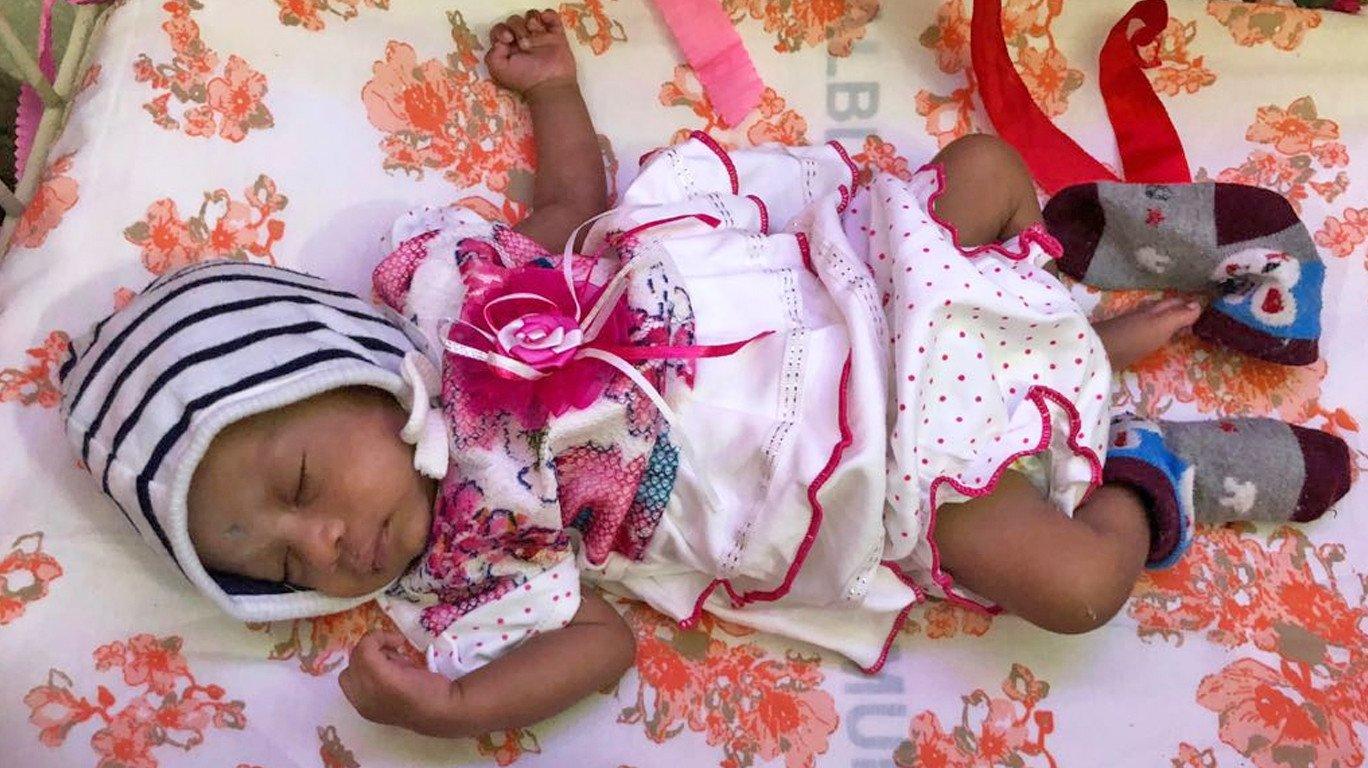 रेल्वेत सापडलेल्या बाळाचं कामा रुग्णालयात बारसं