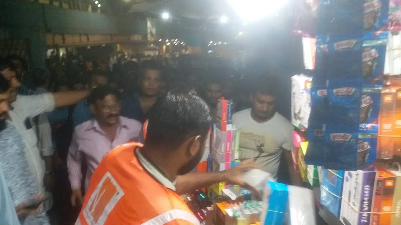 Hooliganism! MNS workers assault hawkers outside Thane Railway Station