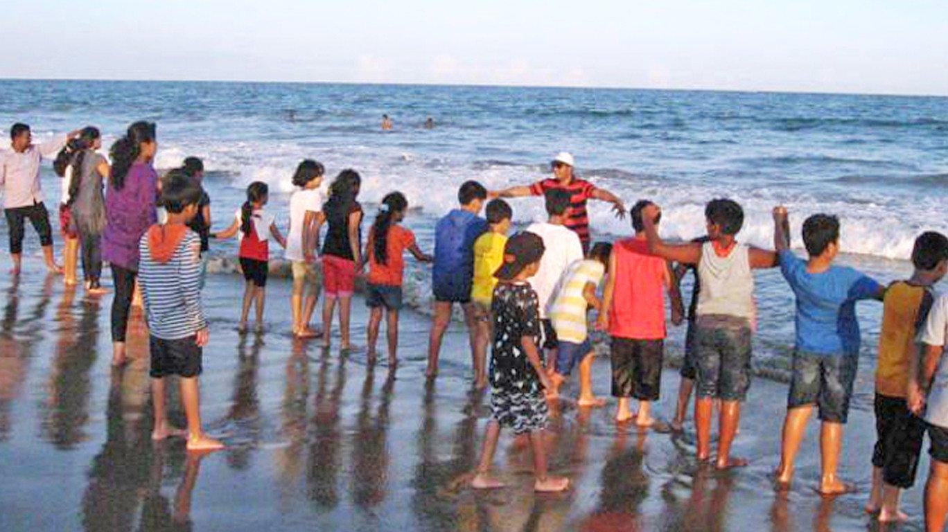 समुद्रकिनारी सहली, पालकांच्या जीवाची काहिली..!