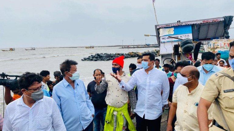 मंत्री असलम शेख ने मुंबई के चक्रवात प्रभावित इलाकों का किया दौरा