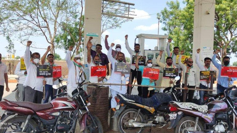 पेट्रोल-डिझेल शंभर पार, काँग्रेसचं मोदी सरकारविरोधात पेट्रोल पंपांवर आंदोलन