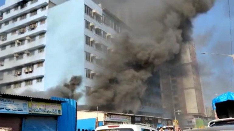 मुंबई: ओशिवारा की एक बिल्डिंग में लगी आग, कोई हताहत नहीं