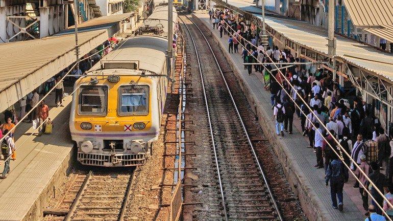 mumbai local trains : 'या' कर्मचाऱ्यांना करता येईल आता लोकलने प्रवास, रेल्वेची परवानगी
