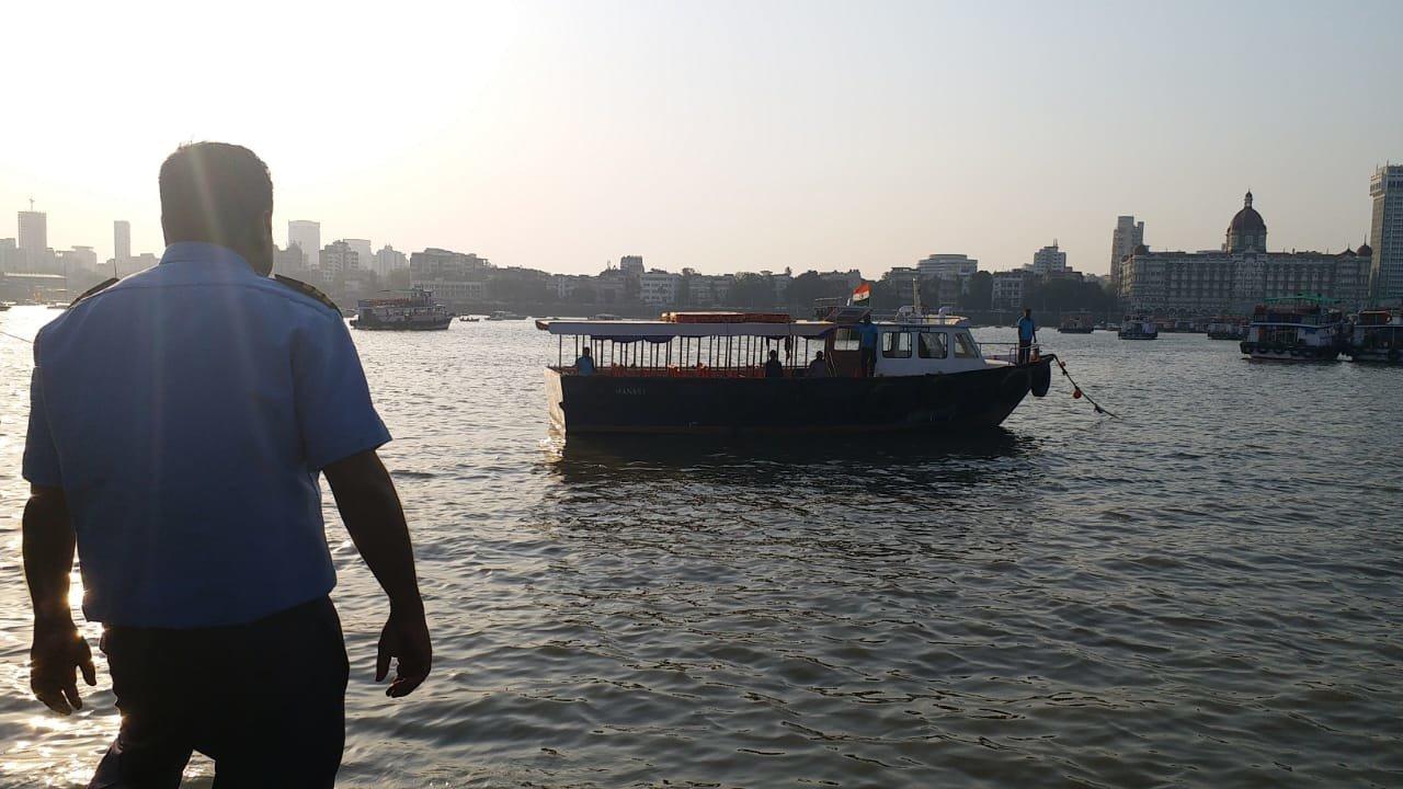 शिवस्मारकाच्या पायाभरणी ताफ्यातील बोटीला अपघात, १ जण बुडाल्याची भीती