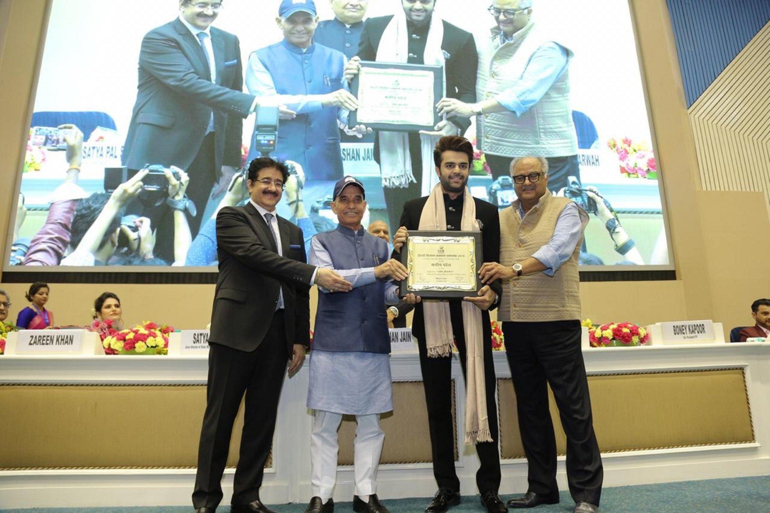 Maniesh Paul bags two awards at Hindi Cinema Samman Samaroh 2018