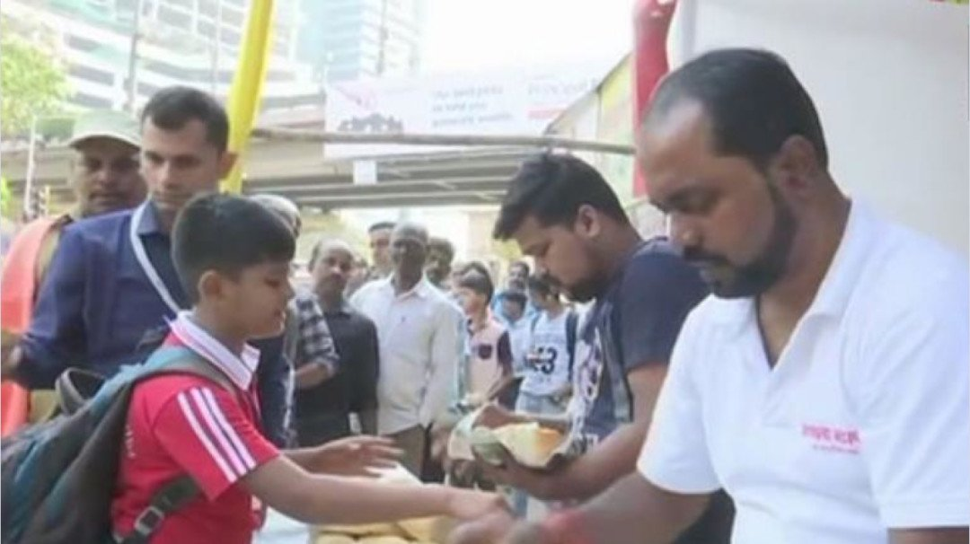 Mumbai vada pav stall owner donates a day's earnings to a martyr's family