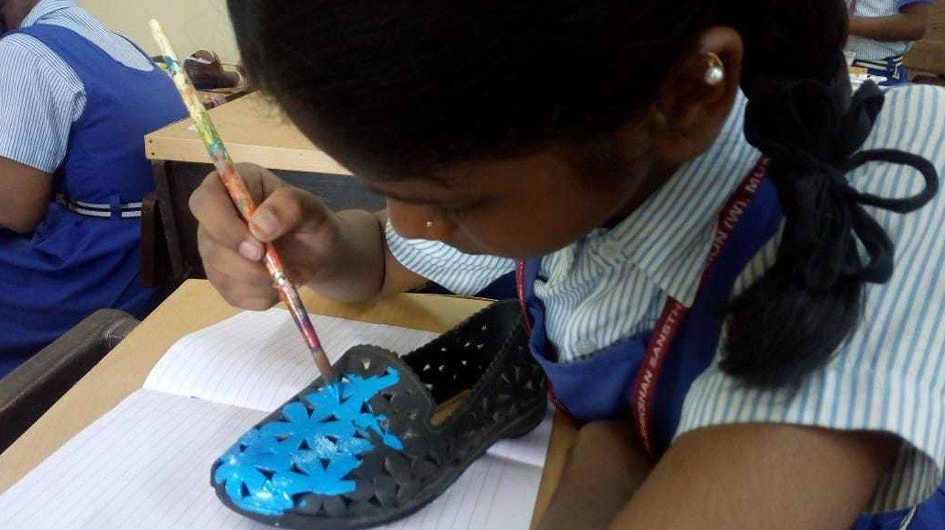 डी. एस. हायस्कूलमध्ये रंगली अनोखी 'बूट रंगवा' कार्यशाळा