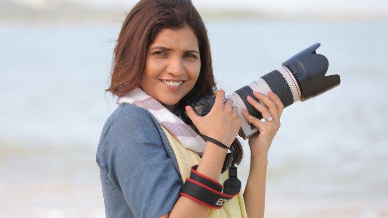 'स्माईल प्लीज' म्हणत मुक्ता बनली फोटोग्राफर