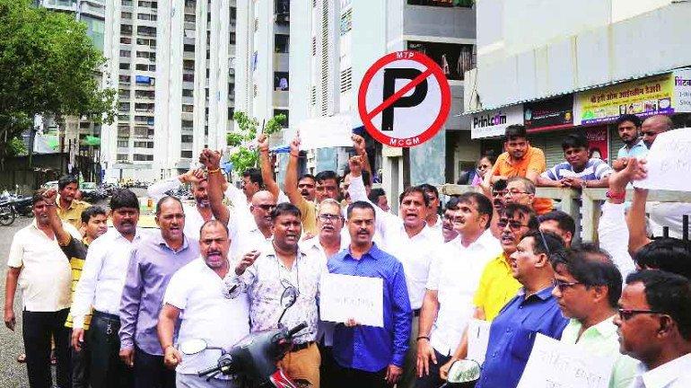 बेकायदा पार्किंग विरोधात वरळीत आंदोलन