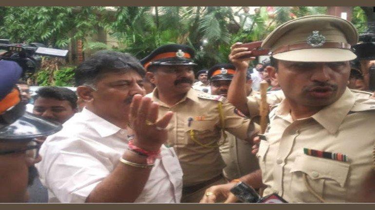 कर्नाटकचे मंत्री डी.के.शिवकुमार यांच्यासह मिलिंद देवरा आणि नसीम खान पोलिसांच्या ताब्यात