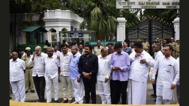 कर्नाटक के बागी विधायकों को कांग्रेसी नेताओं से जान का खतरा, पुलिस को पत्र लिख मांगी सुरक्षा