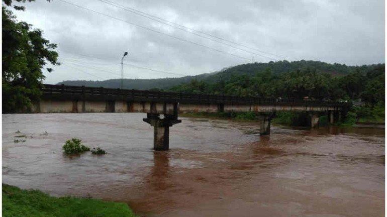जगबुडी नदीने ओलांडली धोक्याची पातळी, मुंबई-गोवा हाय वे बंद