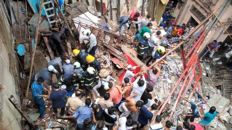 डोंगरी में इमारत गिरी, 40 से 50 लोग फंसे