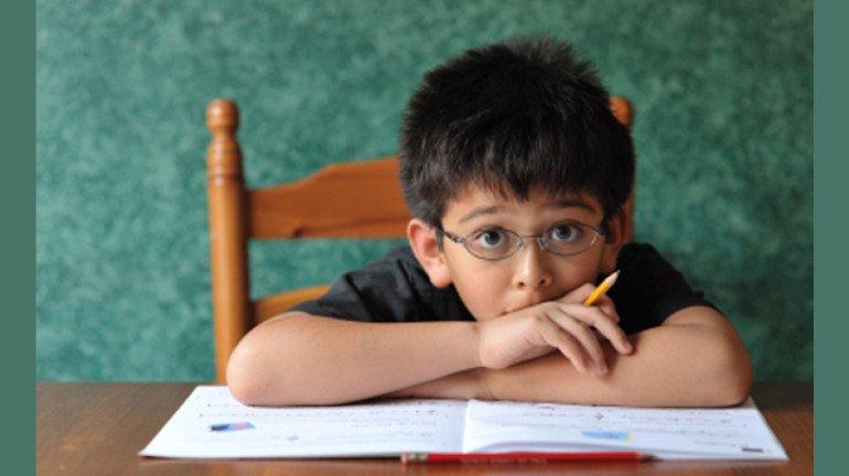 तुमचा मुलगाही होमवर्क न केल्याबद्दल 'ही' कारणं देतो का? जाणून घ्या या मागचं कारण