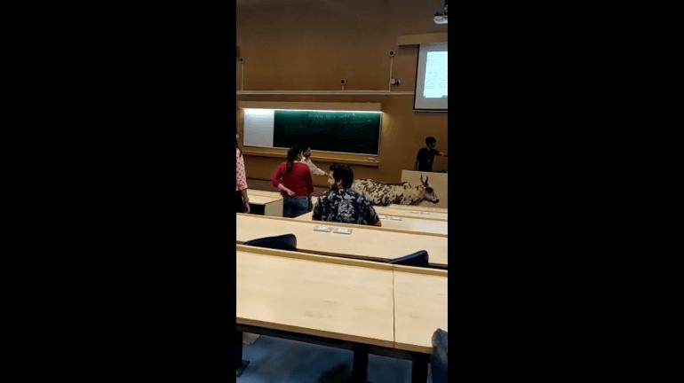 IIT च्या चालू वर्गात घुसली गाय!