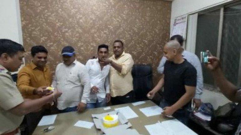 पोलिस ठाण्यात गुन्हेगाराचा वाढदिवस साजरा, पोलिस अधिकाऱ्यांवर निलंबनाची कारवाई