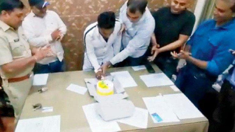 अपराधी का जन्मदिन पुलिस स्टेशन में मनाने के मामले में पांच पुलिस अधिकारी निलंबित