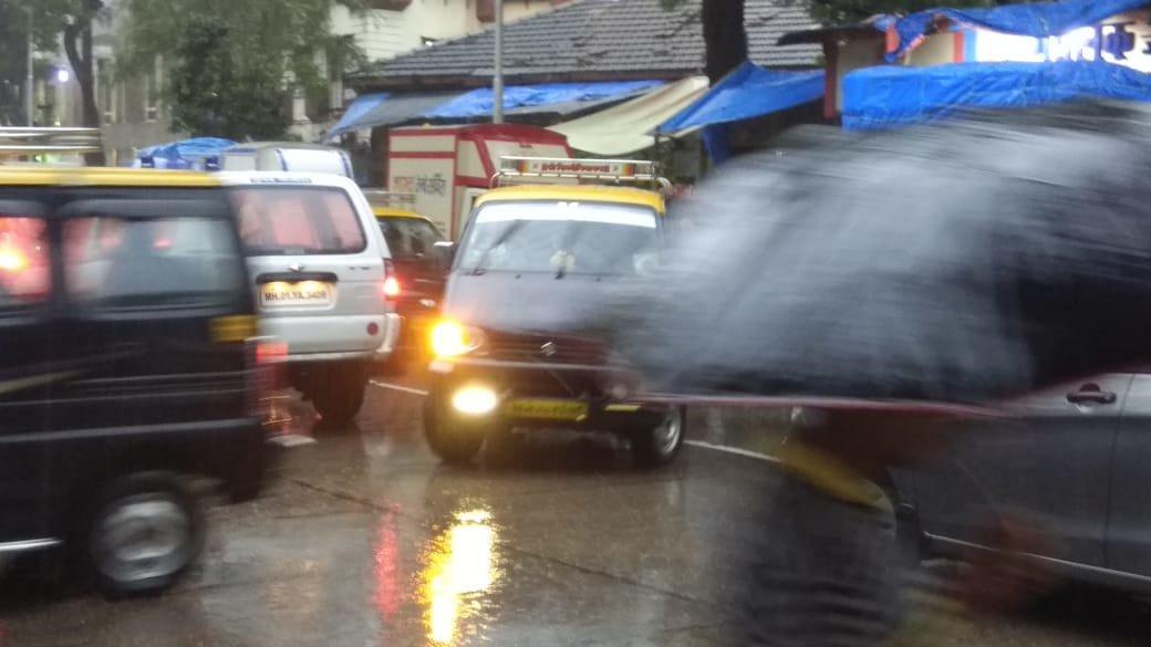 पोलिसांच्या नाकावर टिच्चून शेअर टॅक्सी चालकांचं रॅश ड्रायव्हिंग