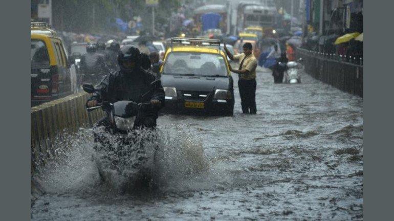 मुंबईत मुसळधार पावसाचा जोर, हवामान खात्याकडून रेड अलर्ट