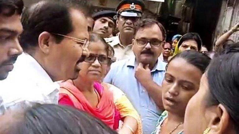 मुंबई के मेयर ने प्रदर्शनकारी महिला का हाथ मरोड़ा, वीडियों सोशल मीडिया पर वायरल