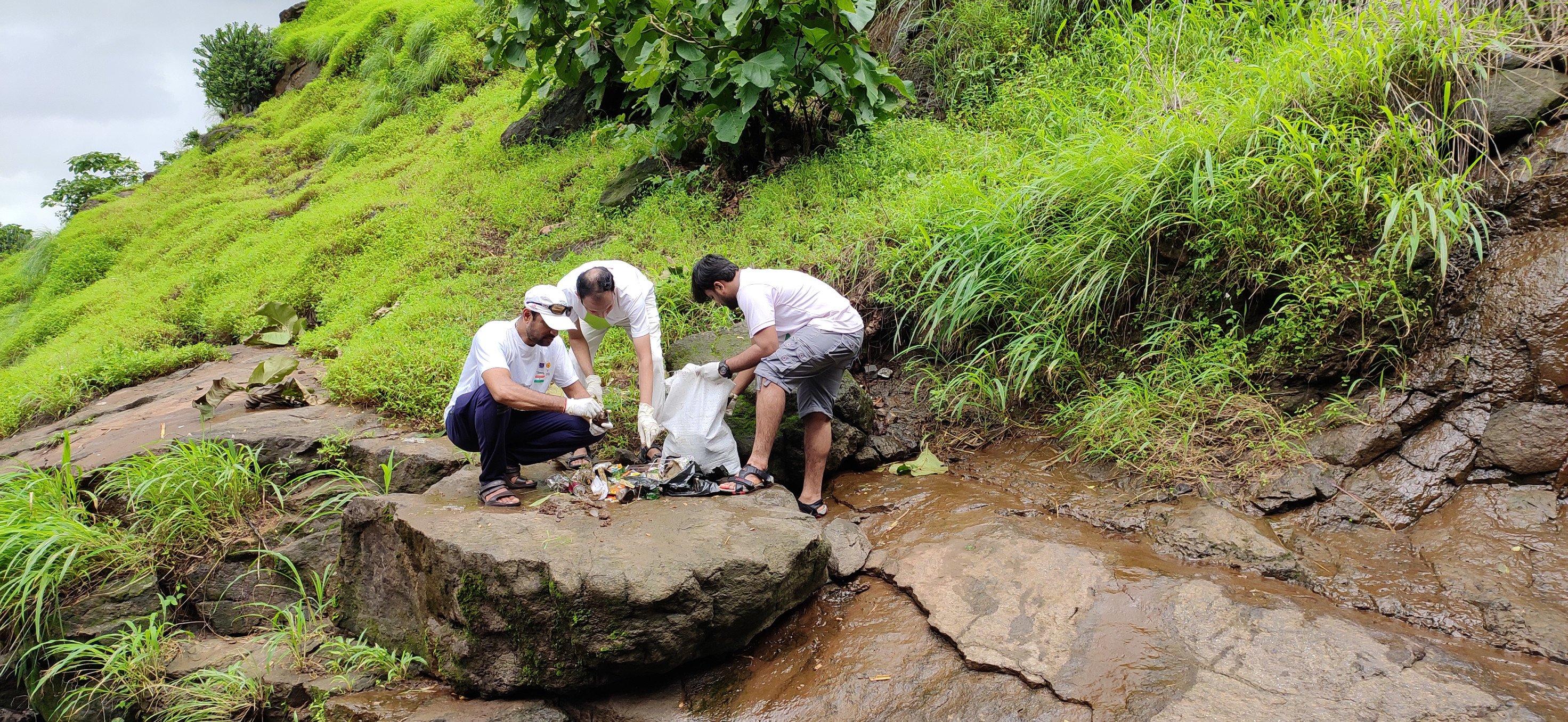 'हा' तर कचऱ्याचा पूर, वदप धबधबा परिसरातून १ हजार किलो कचरा साफ