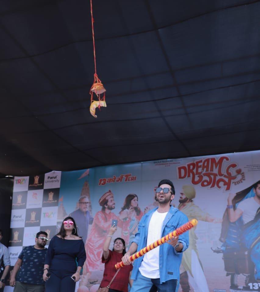 आयुष्मान खुराना ने कॉलेज छात्रों के बीच दही-हांडी फोड़कर मनाया जन्माष्टमी का त्योहार