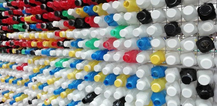 गणेशोत्सव २०१९ : टाकाऊ प्लास्टीकच्या बाटल्यांपासून साकारली बाप्पाची मूर्ती