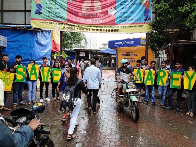 KES कॉलेज के छात्रों ने आरे में पेड़ काटने के विरोध में किया प्रदर्शन
