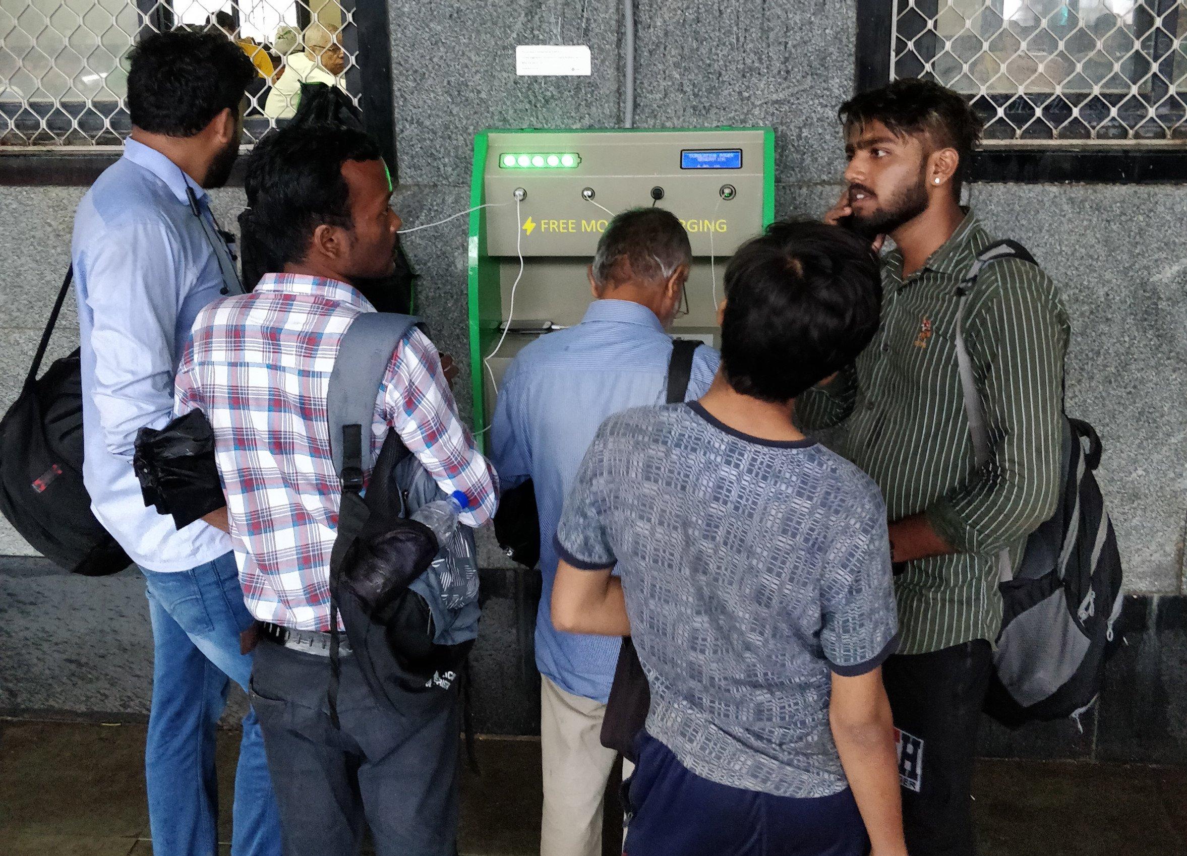 सोलर के प्रति जागरुक करने की कोशिश, रेलवे स्टेशनों पर फ्री मोबाइल चार्जिंग सुविधा!